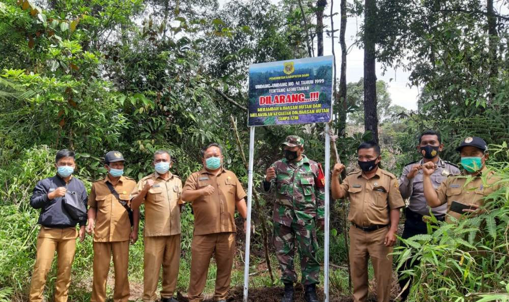 Dinas Lingkungan Hidup Kabupaten Dairi bekerjasama dengan istansi terkait memasang plank berisi larangan melakukan aktifitas didalam kawasan Hutan Lae Pondom, Rabu 962021. (Istimewa)
