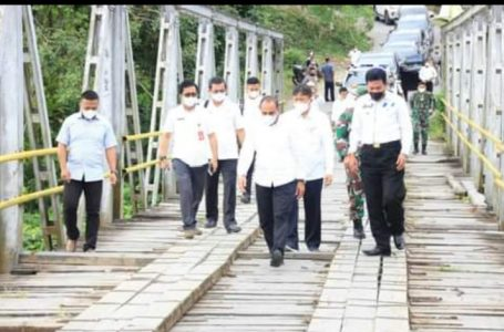 Rusak Parah, Gubsu Tinjau Jembatan Oyo di Nias Barat