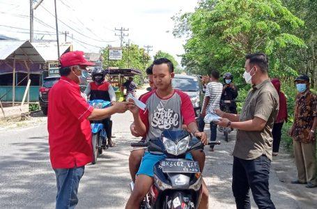 Lurah Sei Renggas bersama Anggota DPRD Asahan bagi Masker dan Himbau Masyarakat Patuhi Prokes