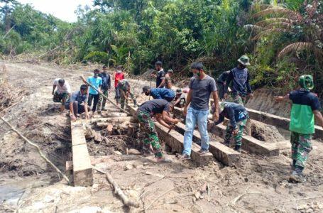 Masyarakat dan TNI Bahu Membahu Bangun Jembatan di Lokasi TMMD