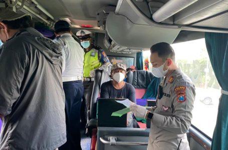 Terminal Bangkalan, Petugas Lakukan Razia Surat Bebas Covid-19 Bagi Penumpang Bus AKAP