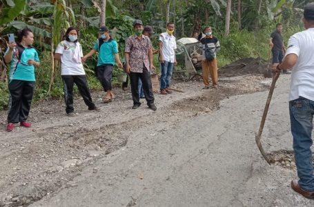 Forkopimka & Masyarakat Moi Gotong royong Timbun Jalan Provinsi yang Berlobang