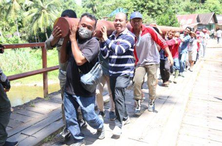 Bupati Nikson Nababan Gotong Royong Mengangkat Tiang Listrik