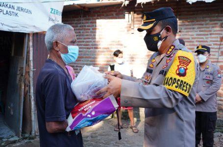 Kapolresta Sidoarjo Turun Langsung Door to Door Bagikan Daging Qurban ke Warga Terdampak Pandemi Covid-19
