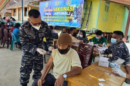 TNI AL Lantamal I Belawan Serbu Masyarakat Pesisir Danau Toba Laksanakan Vaksinasi Covid-19