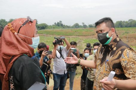 Bobby Nasution Tenangkan Keluarga Korban Covid-19 yang Menangis di Areal Pemakaman