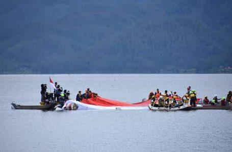Pembentangan Bendera Raksasa Warnai Kemeriahan HUT Ke-76 RI di Aceh Tengah