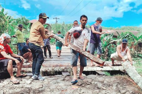 Anggota DPRD Nisel dari Dapil IV Gotong Royong bersama Warga Perbaiki Jembatan Fayo
