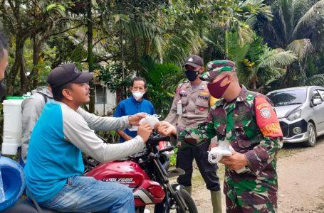 Babinsa Bersama Tim Satgas Covid -19 Laksanakan Serbuan Masker di Desa Latitik