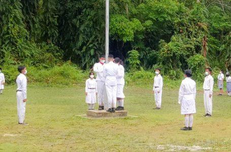 Paskibra SMK Negeri 1 Toma Kibarkan Bendera Merah Putih Meski Diguyur Hujan dan Becek