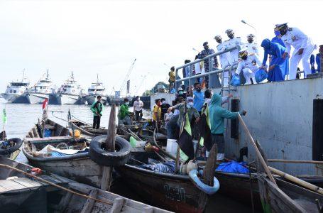 HUT TNI AL ke 76, Danlantamal I Bagikan Sembako kepada Nelayan dan Pemberian Vaksin