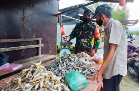 Babinsa Koramil 01/Simeulue Timur Berikan Motivasi Pedagang Ikan Asin