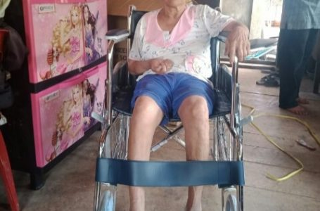 Dinsos Nias Barat Salurkan Bantuan Kursi Roda kepada Penyandang Disabilitas