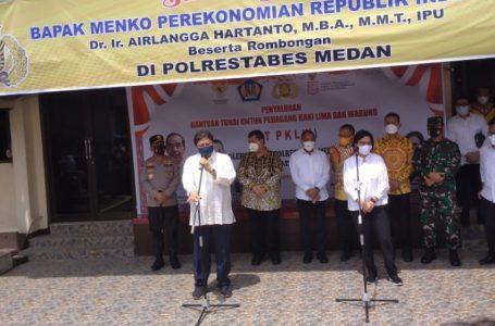 Menko Perekonomian RI Salurkan Bantuan Tunai kepada PK5 dan Warung di Medan Rp 1, 2 Juta