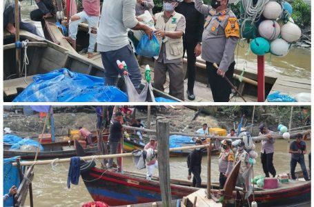 Hendak Melaut Nelayan Sungai Dahari dapat Bekal Sembako dari Kapolres dan KSJ