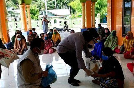 Polresta Deli Serdang bersama KSJ Bagikan Sembako ke Pelosok Desa